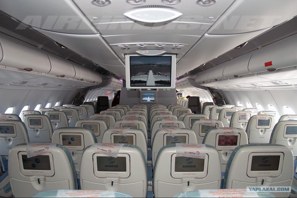 3 окт 2016. Фото: пресс-служба эмирейтс. Внутри a380 очень просторно. Самое интересное наверху. Поднимаемся по лестнице. Ближе всего к кабине пилотов салон первого класса. У каждого из 14-ти vip-пассажиров индивидуальная каюта, в которой при желании можно полностью скрыться от.