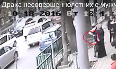 Видео как мужчина отбился от толпы подростков