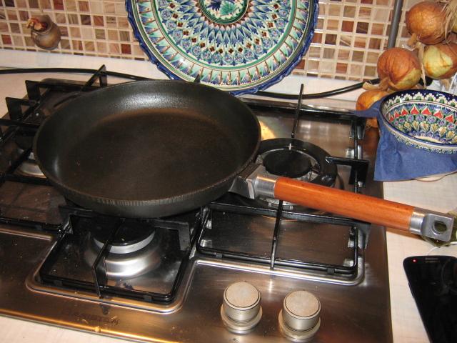 Чугунная сковородка. Пригорает или нет.