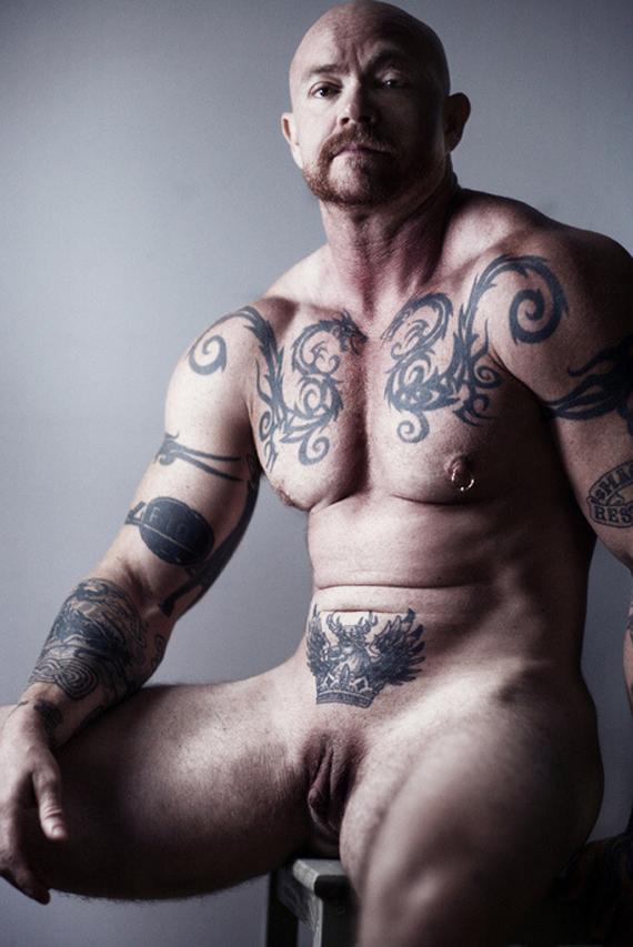 seks-lisiy-pornoakter-s-tatuirovkami-na-rukah