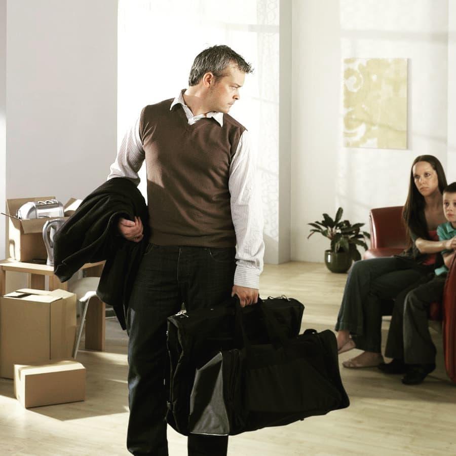 Фото как мужчина собирается на работу