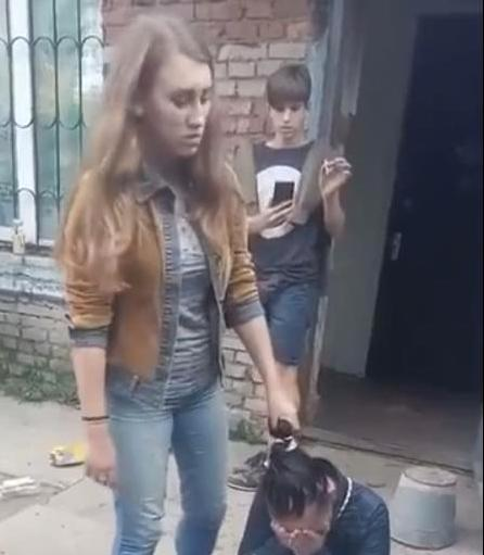 postavili-na-koleni-devushku-russkoe-porno-pikaperi-v-popku