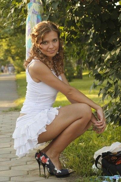 devushka-v-mini-yubke-prisela-na-kortochki-foto