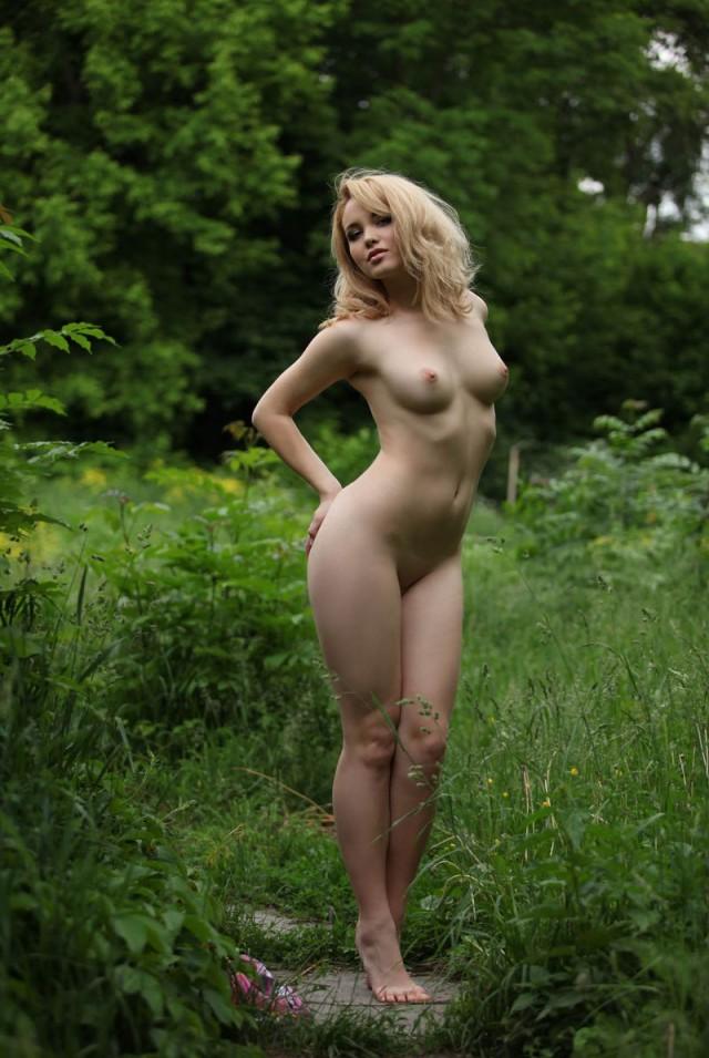 Голые женщины позируют на природе