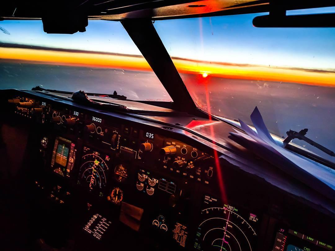 Пилот самол та трахает пассажиров