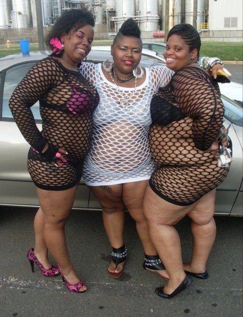 Девушки в нарядах с сеточкой
