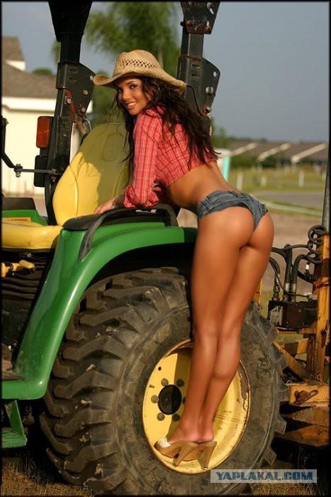 Ведущая «Трактор-ТВ», которая пообещала взять интервью без одежды