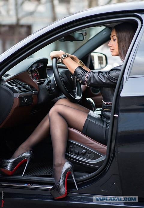 Девушки под авто фото, в красной юбке и черных чулках