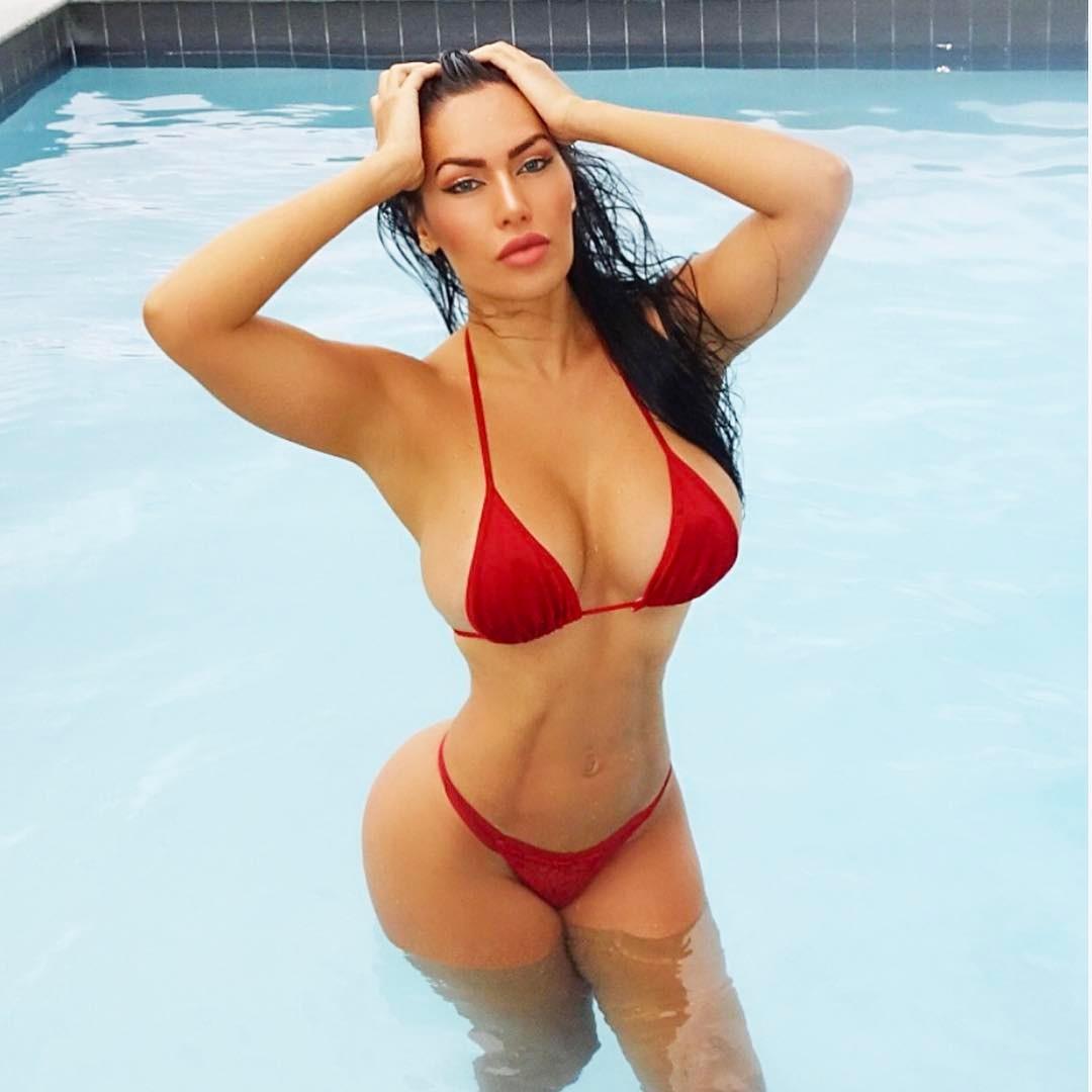 Девчонки в красных купальниках