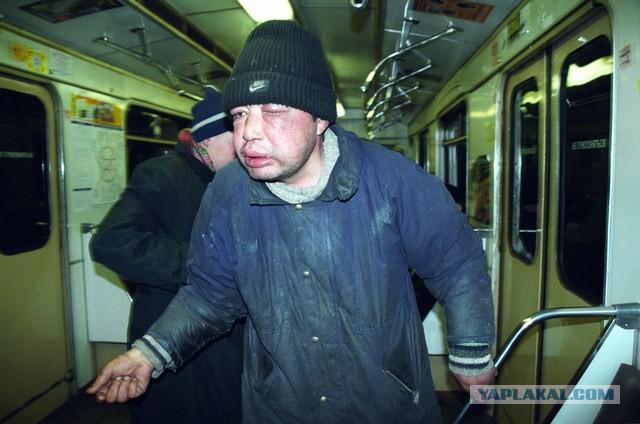 Скрытая камера у девушек под юбками в метро на эксколаторе