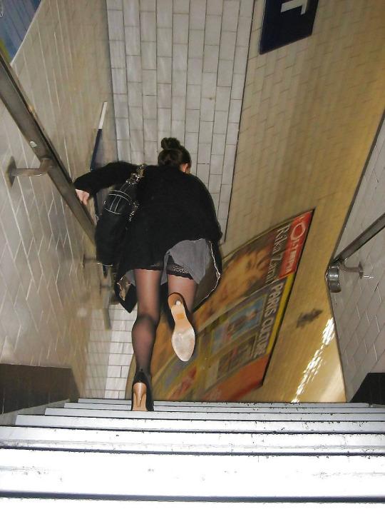 сейчас бессмысленно подсмотрели в метро под юбку рядом