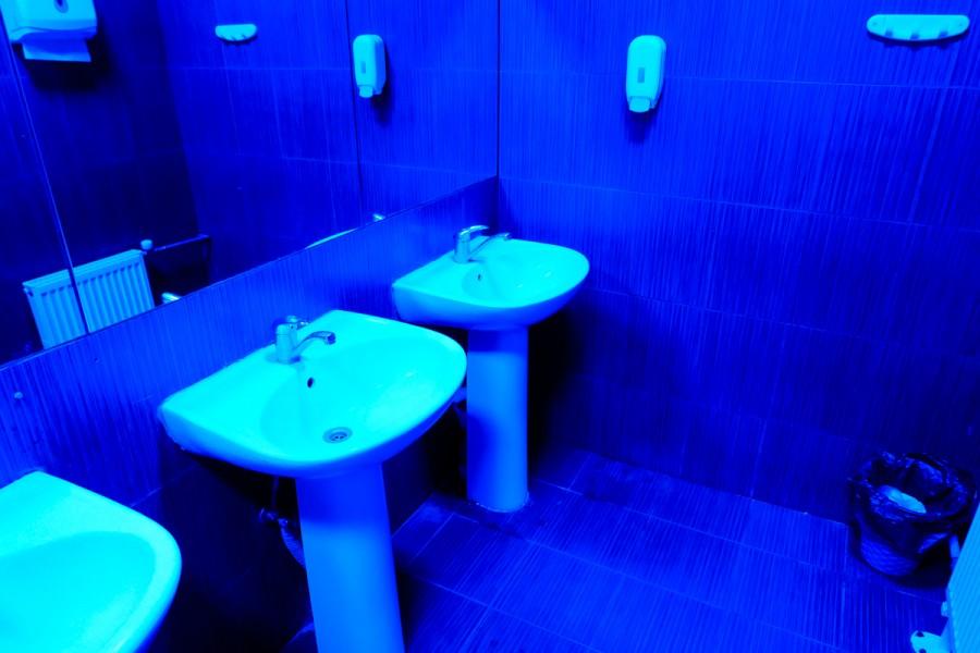 В туалете ночных клубах, скрытая камера засняла как студентка мастурбирует