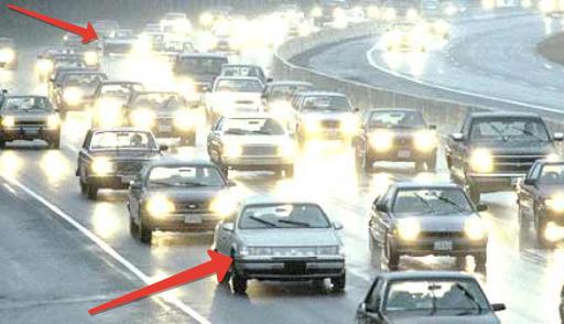 Страшные светоотражающие наклейки борются с нерадивыми автомобилистами