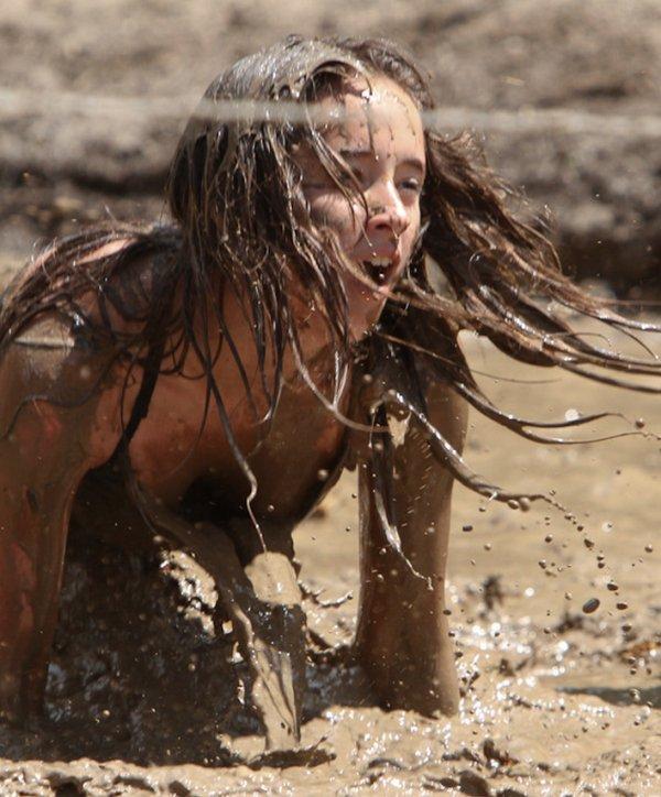 Видео про девушку в грязной одежде мариуполь