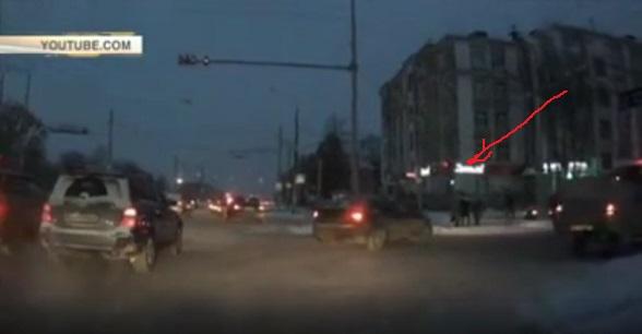 Водитель в Перми бросил свою машину, чтобы избить пешехода