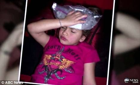 Мама сделала инъекции ботокса своему 8-летнему ребенку, затем покрыла ее ноги воском!