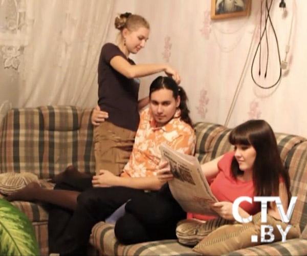 Две девочки ублажают парня фото 597-443