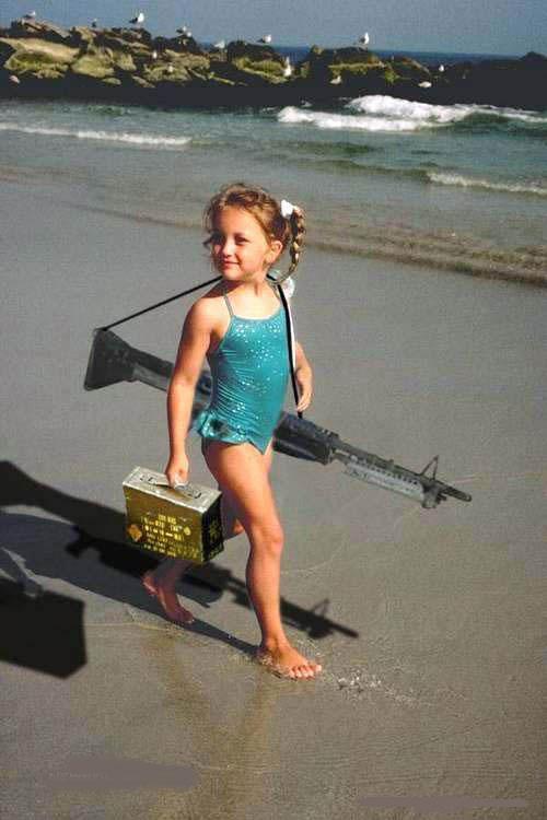 Смешная картинка девочка с пулеметом, поздравительные старые