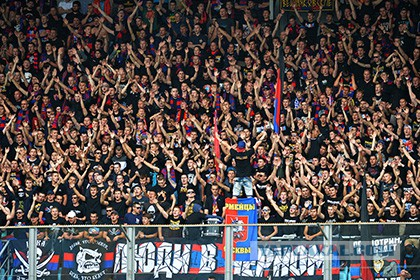 На стадионе в Голландии трое полицейских в штатском обратили в бегство толпу фанатов