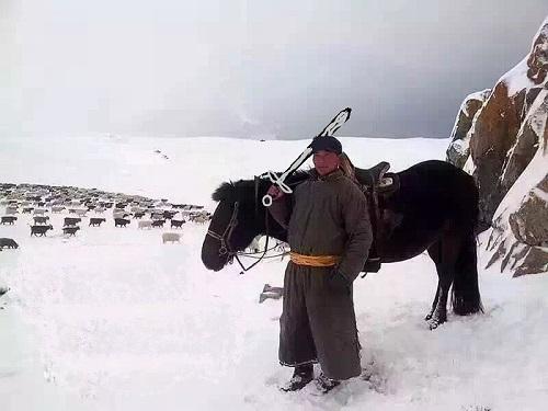 Монгольский пастух со своим ручным снежным барсом