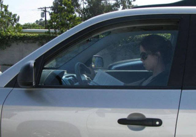 Непростые взаимоотношения девушек с автомобилями