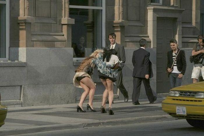 В школе задираем девочкам юбки