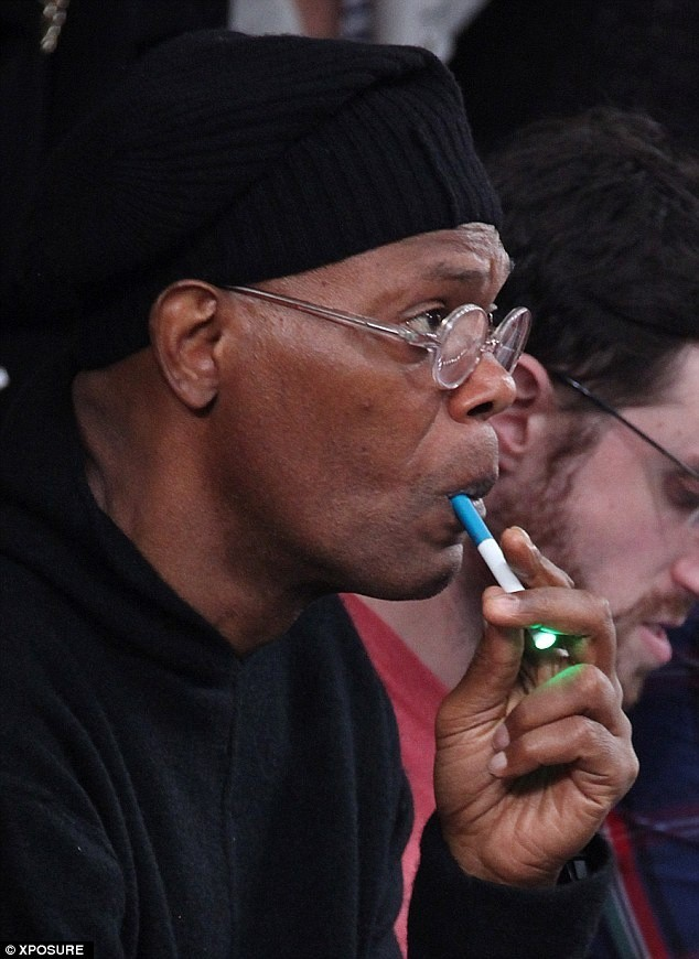 Курит сигару и засовывает в письку