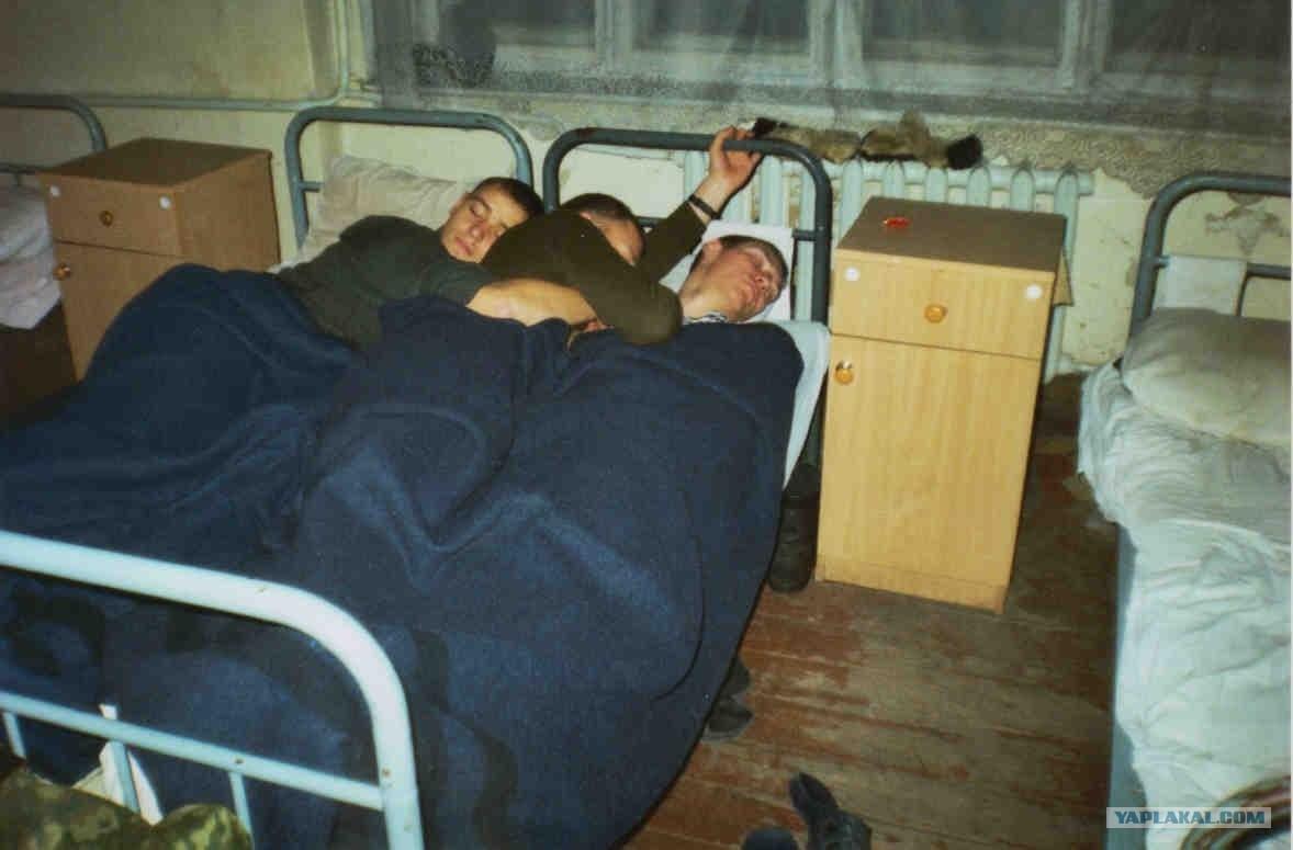 Стояк у солдат в ночной казарме