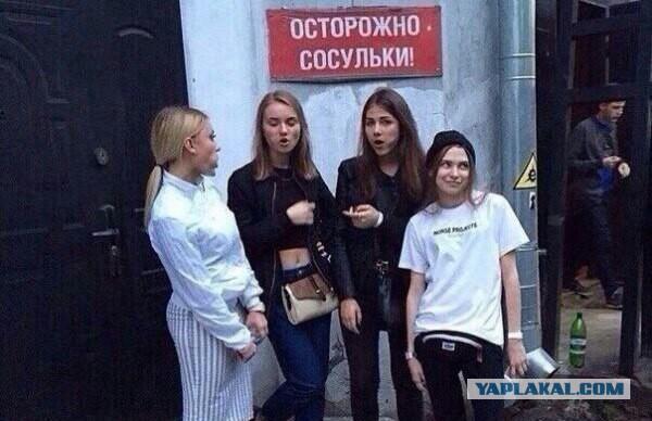 Сосульки пробили крышу здания и повредили несколько автомобилей в Петербурге