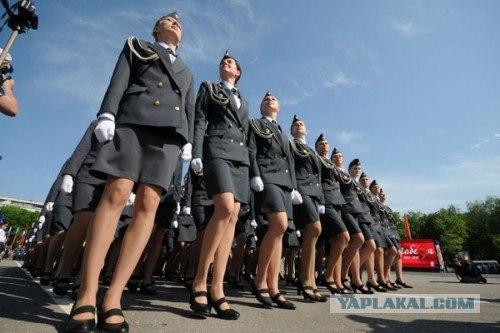 смотреть у девушек в военной форме под юбкой этом значительную