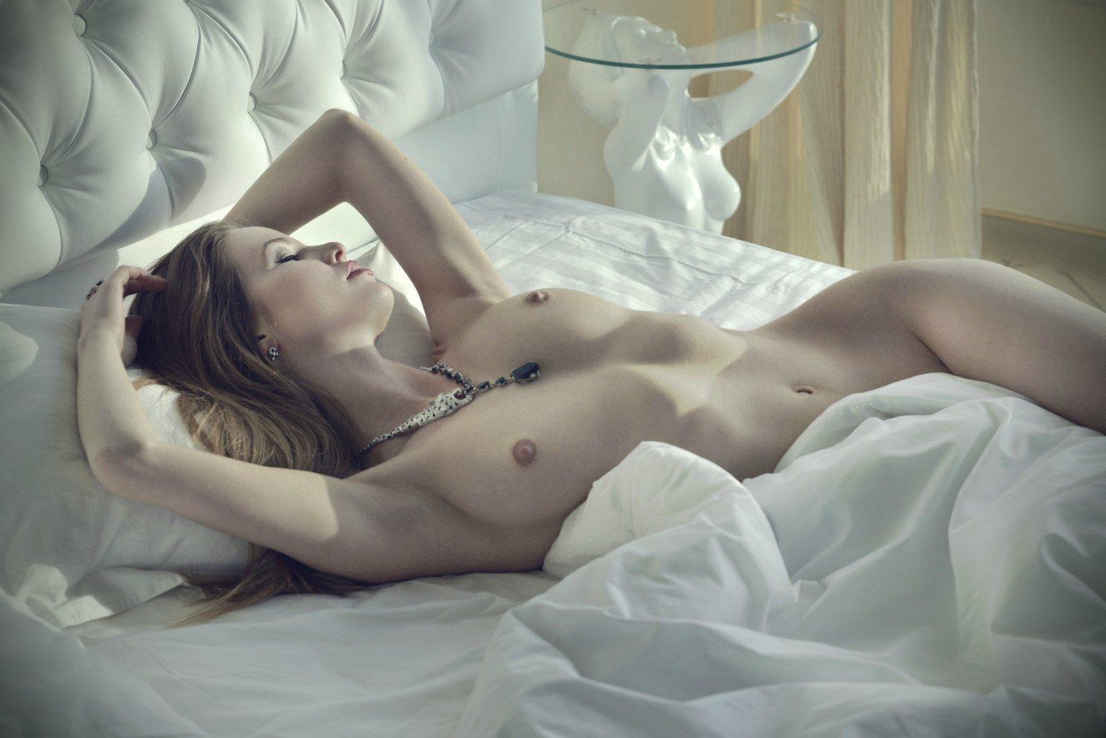 Утром в кровати голая, Видео Suzie Carina нежная голая девушка нежится 23 фотография