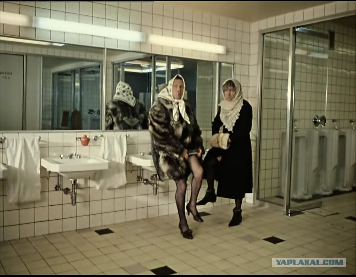Взял уборщицу зашла в туалет а там радужные