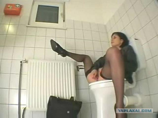 Видео скрытая камера зрелая секретарша в туалете офиса писает — pic 6
