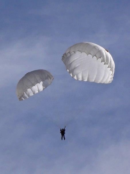 Во время прыжка с парашютом очко десантника может перекусить лом