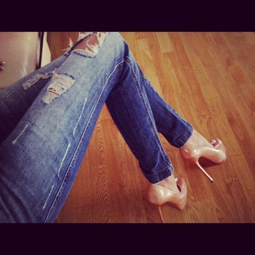 Подвешенные за ноги девушки i