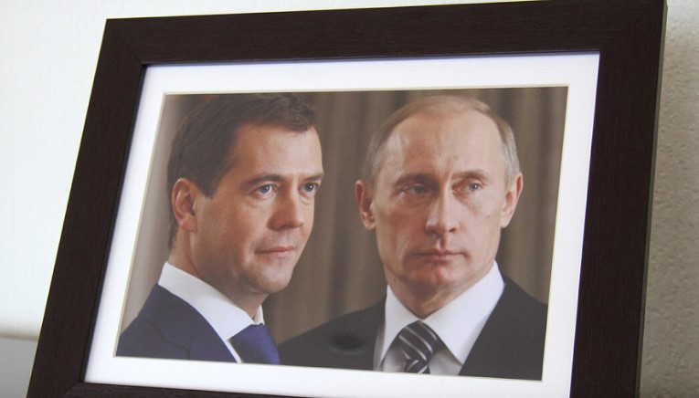 На Ямале уволили чиновника из-за уничтожения двух портретов Дмитрия Медведева