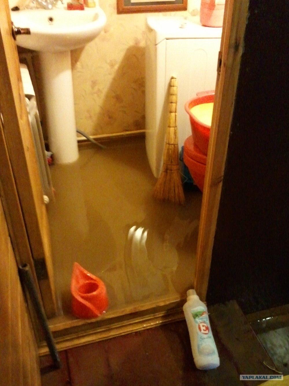 Видение, где потоп происходит в ванной комнате, предсказывает, что есть риск потерпеть неудачи в рабочих делах, что может закончиться увольнением.