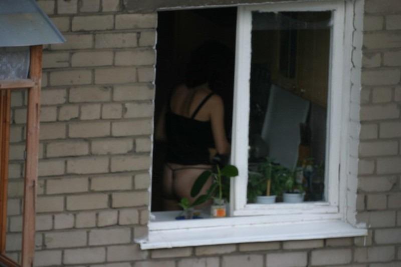 porno-na-skrituyu-kameru-v-okna-domov