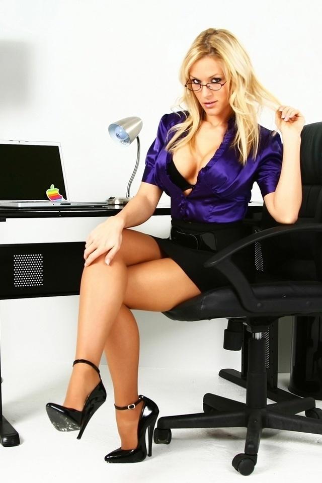 Секс с красивой секретаршей на столе, жесткое анальное порно с негром