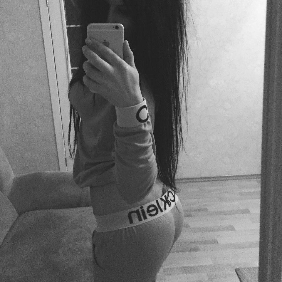 seks-golaya-devushka-fotkaet-sebya-na-telefon-i-pokazivaet-fakyu-videoroliki-vozraste