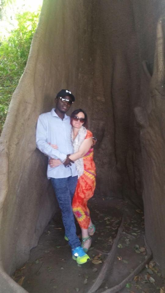 Женщина после многих лет брака бросила мужа с 9 детьми, чтобы уехать к своему молодому африканскому любовнику в Гамбию