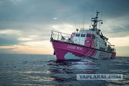 Купленная Бэнкси лодка для спасения мигрантов подала сигнал о помощи