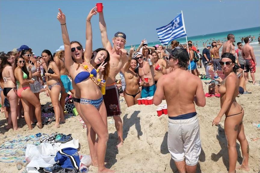 Женски студенты отрываются на пляже подкаминская личная