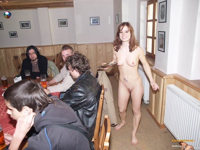 женщина разделась на столе