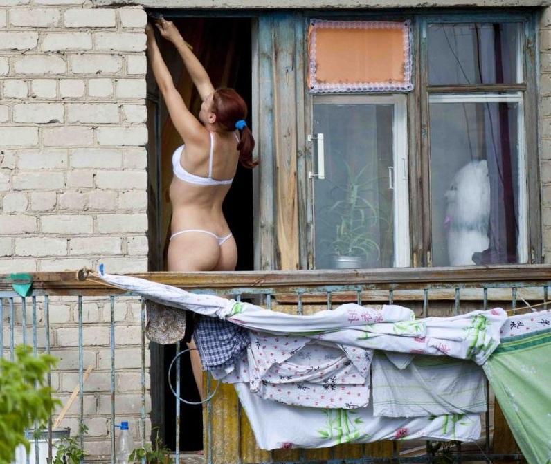 Подглядуем за балконами бабу кол