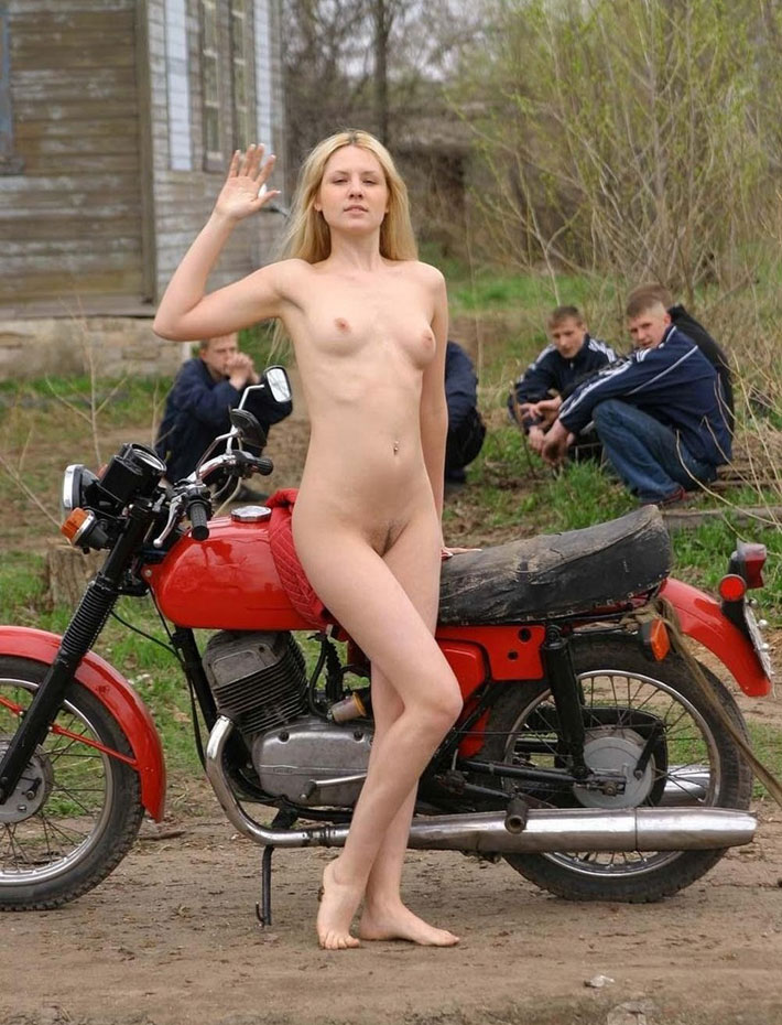 Фото девушек на мотоцикле голых в лесу фото 54-571