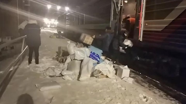 Посылки? Хрупкие? Да не смешите нас! Сотрудники Почты России выбросили посылки на снег - ЯПлакалъ