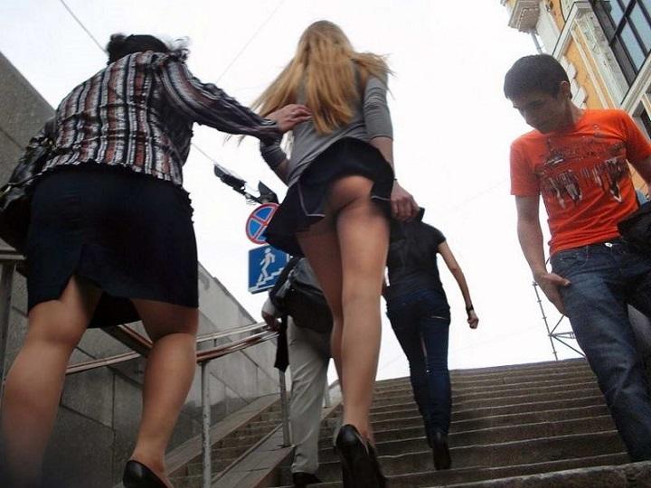 Девки в юбках на лестнице