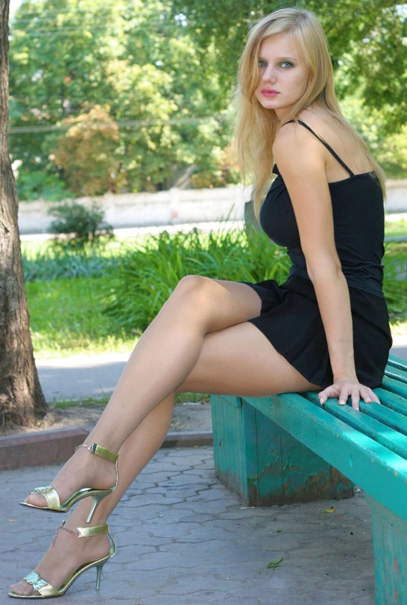 devchonki-v-korotkih-yubkah-s-krasivimi-lyashkami-professor-molodaya-studentka