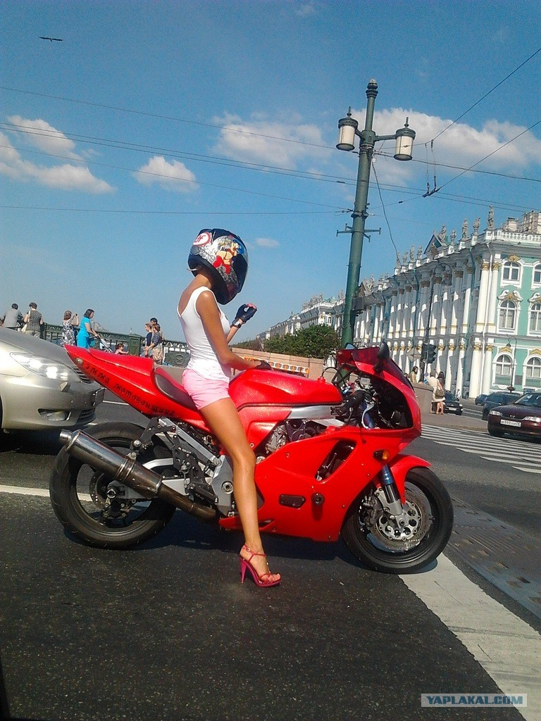 Белый спорт байк с девушкой фото